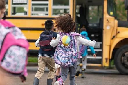 kids-running-to-schoolbus